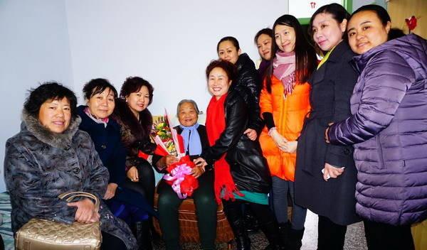 女企业家与老人合影